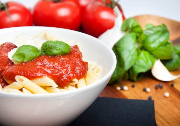 Bol de pâte avec sauce aux tomates